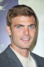 Alex Roe es Evan Walker